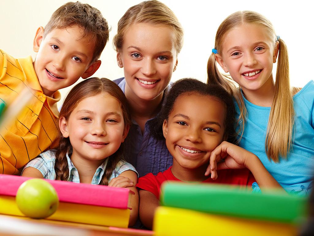 Studenti e maestra a scuola