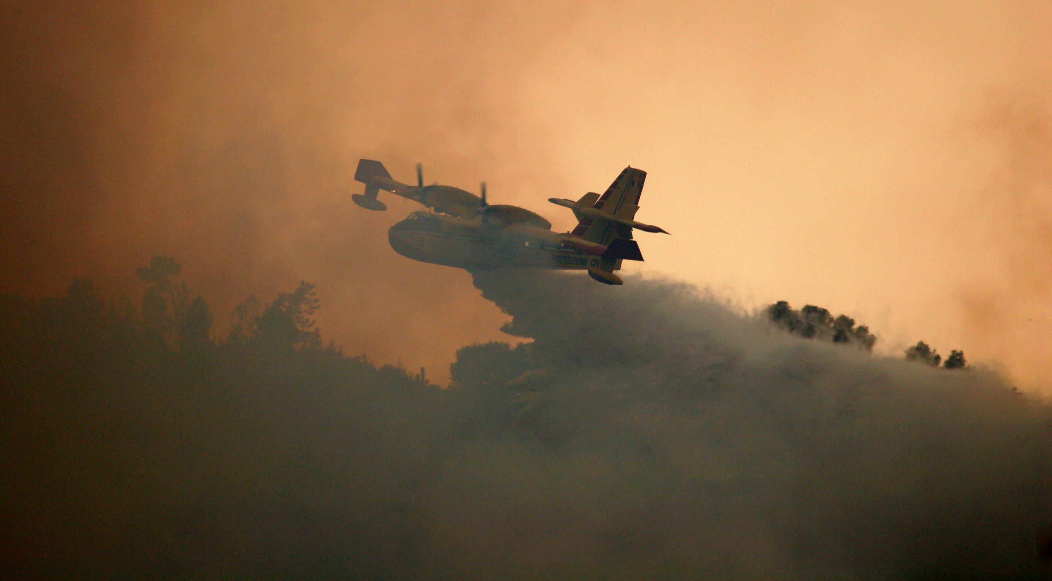 Canadair impiegato nello spegnimento di un incendio boschivo